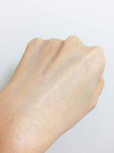 プレミアム ブライトUVエッセンス ラベンダーを塗った後の手