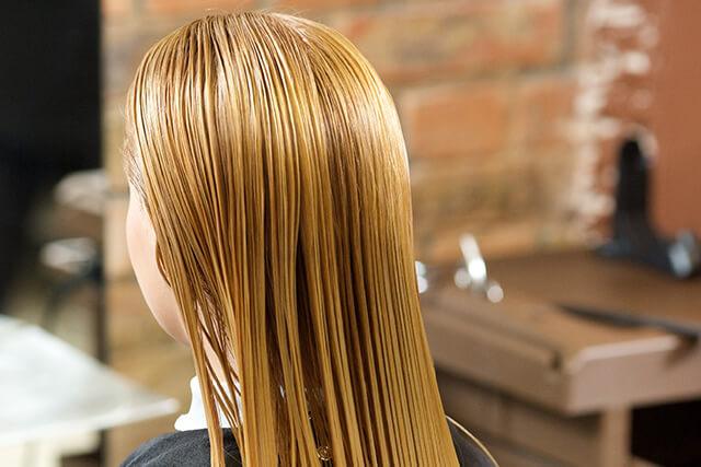 茶色の髪の女性