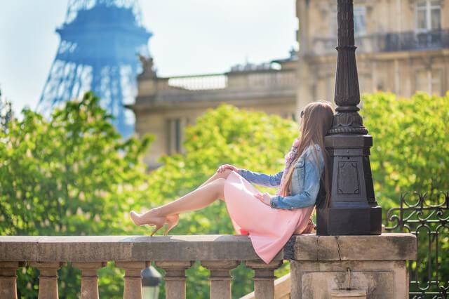パリにいる若い外人女性
