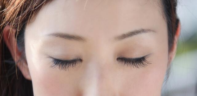 女性のまつ毛