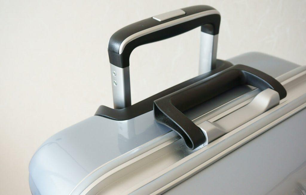 シルバーのスーツケース