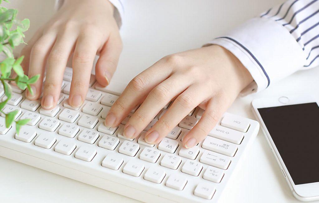 PC操作をする女性の手