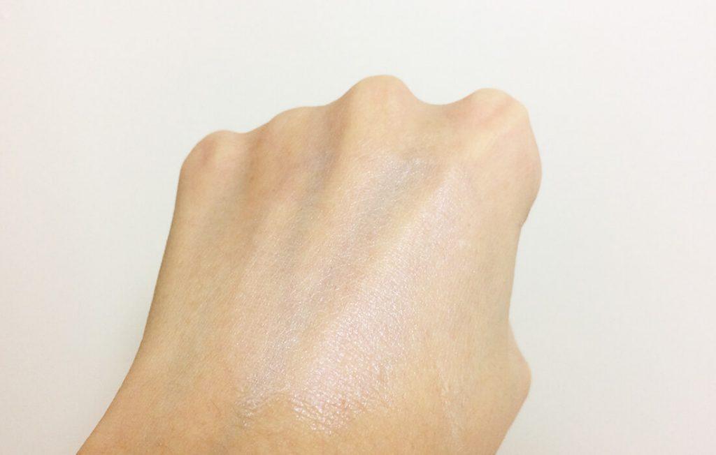 ラトゥーエクラファンデーションプライマーを手の甲に塗ってみた感じ