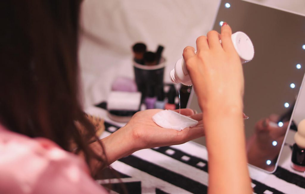 化粧水をコットンにつける女性
