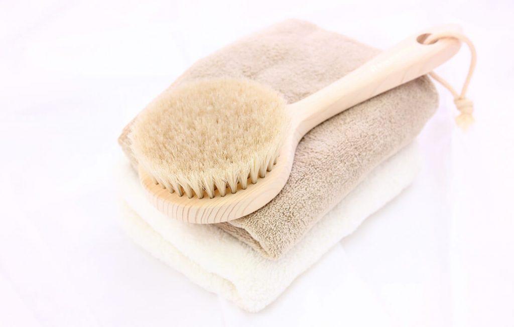 洗顔タオルとブラシ