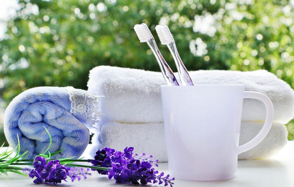 朝の洗面具。タオルと歯ブラシ
