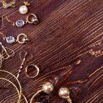 2,000円以下で買える華奢なゴールドピアス。まとめ髪が大人可愛くキマる!